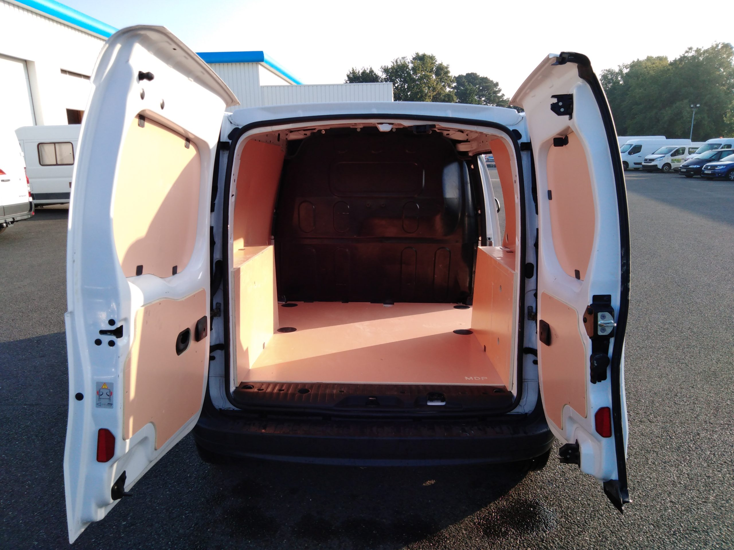 Location d'un utilitaire fourgonnette - Renault Kangoo L1H1-L2H1 3m3 - Vue3