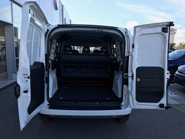 Location d'un utilitaire fourgonnette double cabine - Fiat Doblo -Vue4