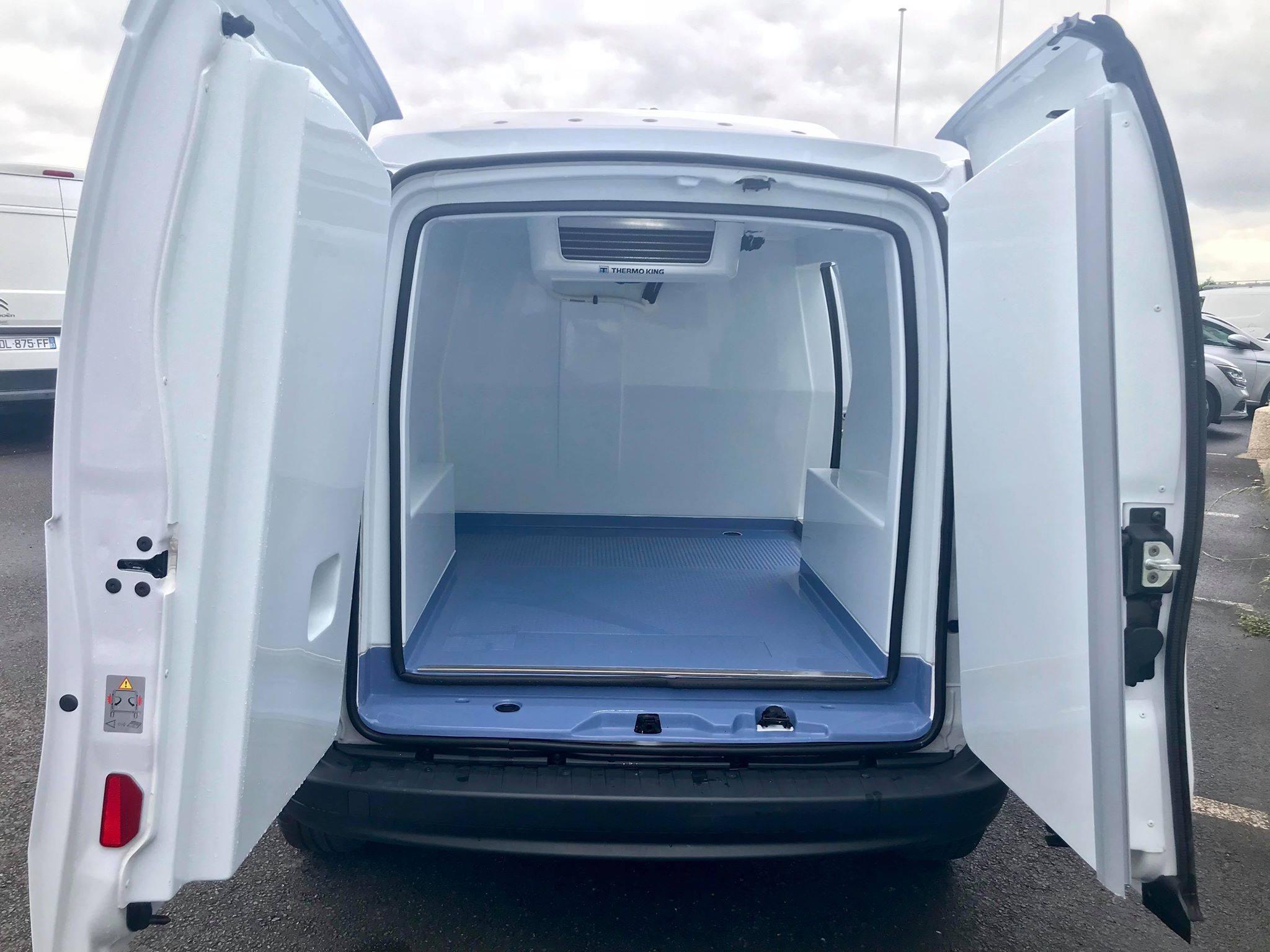 Location d'un utilitaire frigorifique tôlé 3m3 - Renault Kangoo Frigo - Vue3