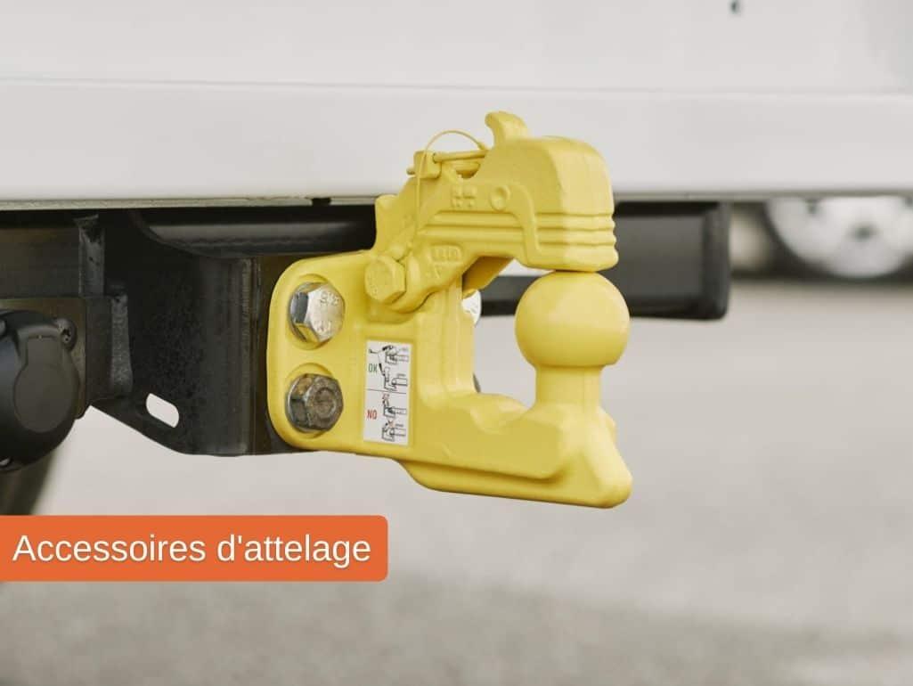 Accessoires d'attelage pour un véhicule utilitaire