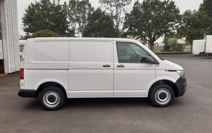 Arrivage d'un fourgon compact Volkswagen Transporter 6.1 disponible en location longue durée - Vue2