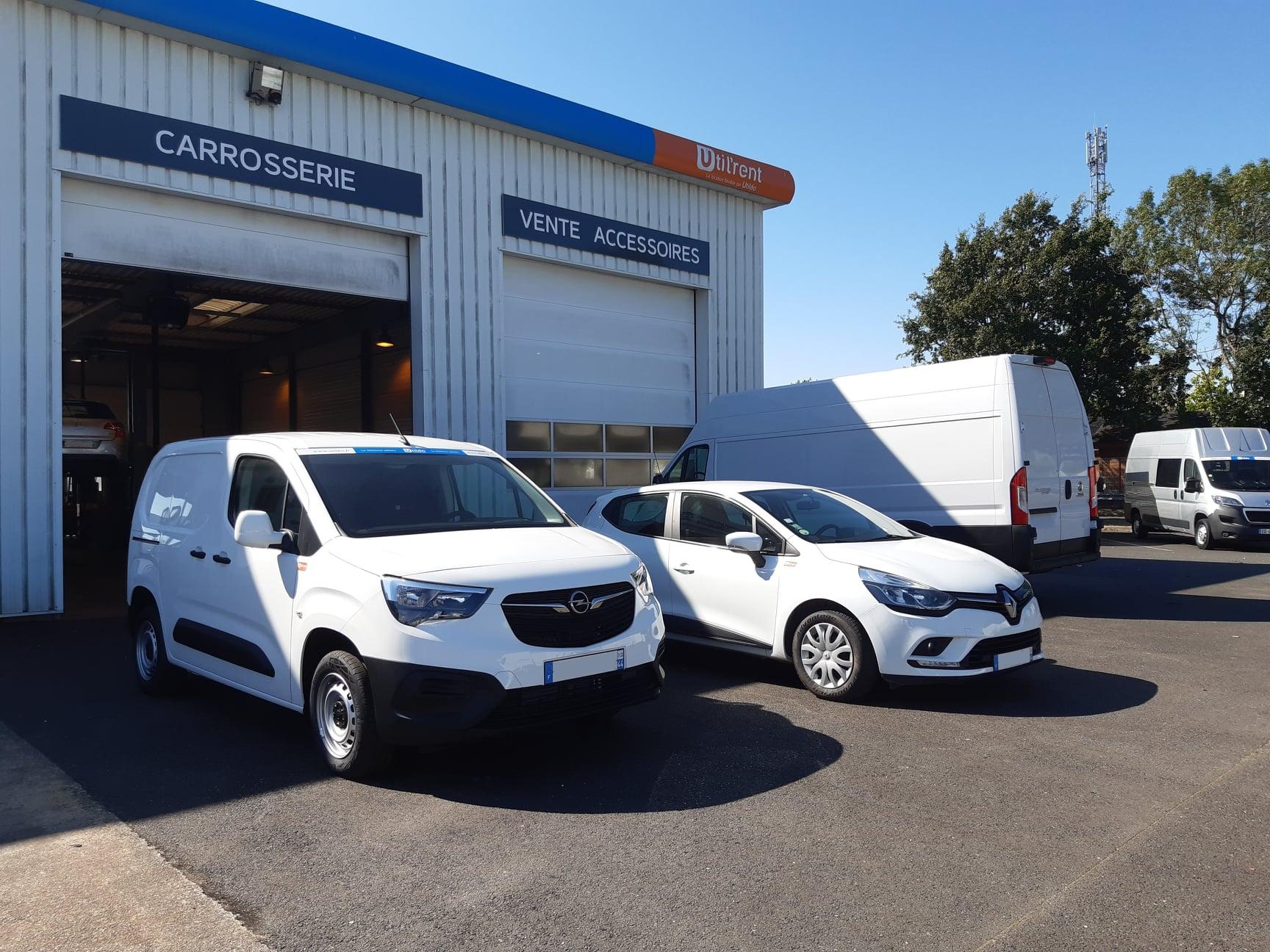 Location d'un fourgon compact et d'un véhicule de société en région Parisienne (92) - Opel Combo LH1 & Renault Clio société - Vue1